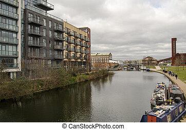 Lee Navigation, Hackney Wick - Walkers enjoying the views on...