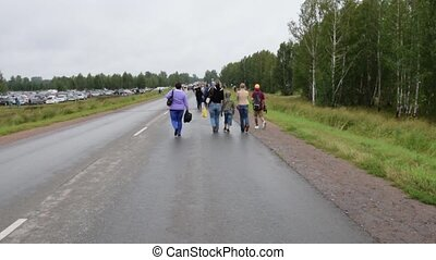 Visiters coming to see some outdoor event