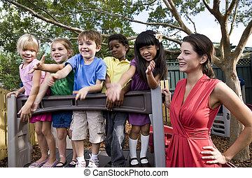 preescolar, niños, juego, patio de recreo, profesor