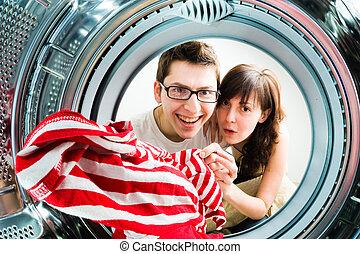 ENGRAÇADO, carregando, lavando, par, máquina, roupas