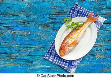 Whole red mullet wooden background - Whole red mullet raw on...