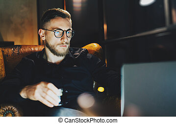 Photo bearded banker relaxing modern loft office after work...