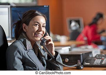 mujer de negocios, sonriente, Hablar, teléfono