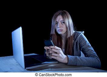preocupado, Adolescente, Utilizar, móvil, teléfono, y,...