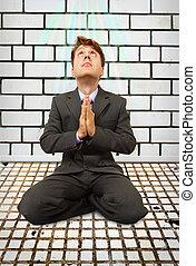 hombre de negocios, cómico, rezando, rodillas