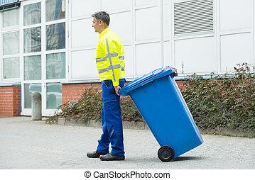 macho, trabalhador, andar, com, dustbin, ligado, rua,