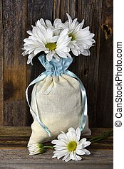 daisy bouquet in muslin bag - White daisy bouquet in muslin...