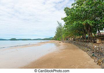 Long stane wall at Hat Nopparat Thara beach Krabi - Long...