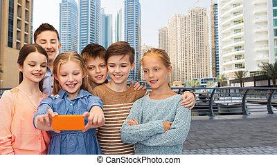 feliz, niños, Hablar, selfie, por, smartphone,