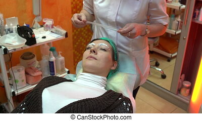 Beautician imposes film on eyebrows - Beautician puts a...