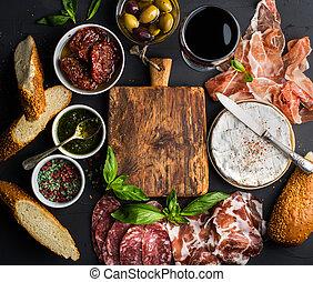 queso, Conjunto, tomates, secado al sol, Mediterráneo,  baguette, bocado,  camembert, Plano de fondo, negro, tabla, selección, vacío, centro, aceitunas, vidrio, rojo, carne, Rebanadas, de madera, especias, vino