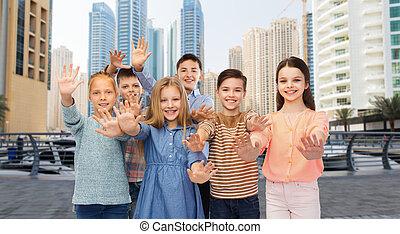 grupo, de, feliz, niños, ondulación, Manos,