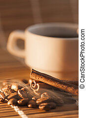 Coffee beans and cinnamon with smoke - flachwinklige Ansicht...
