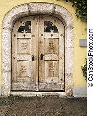 ancient wooden door wrong - frontale Ansicht einer alten,...