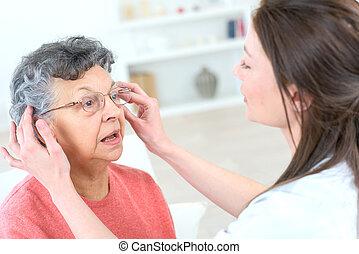 viejo, dama, Tratar, algunos, anteojos,