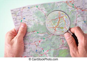 hombre, el consultar, Un, mapa, con, Un, Aumentar, vidrio,