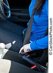 primer plano, mujer, asiento, poniendo, caucásico, cinturón