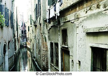 Canal angosto de Venecia