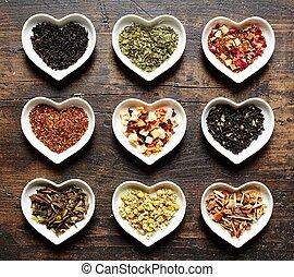 Herzchenschalen mit neun unterschiedlichen Teesorten -...