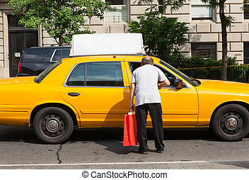 Man asks for information a taxi driver in Manhattan - A man...