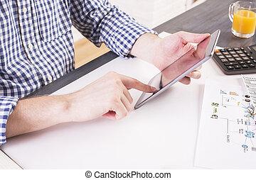 homme, utilisation, tablette, à, bureau,