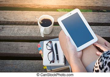jovem, mulher, usando, smartphone, em, parque,