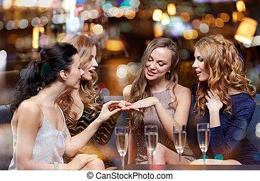 婦女, 她, 顯示, 約會, 戒指, 朋友
