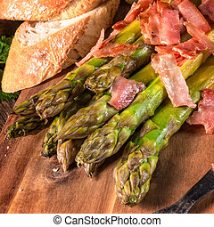 Green asparagus with serrano ham
