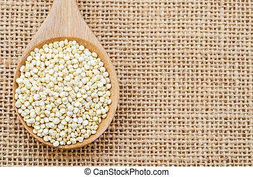 crudo, Quinoa, en, de madera, spoon.,