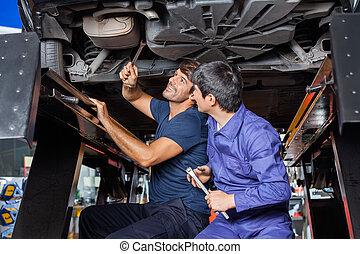 mecánica, coche, trabajando, debajo