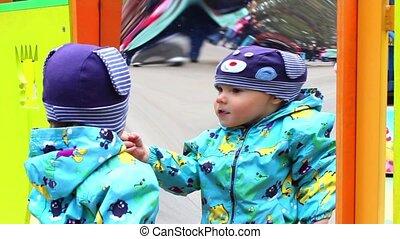 kids builds faces a false mirror - child builds faces a...