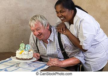 Feliz, pensionista, com, aniversário, bolo,