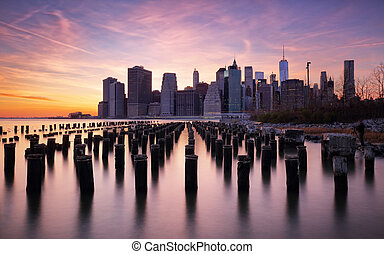 Manhattan skyilne, New York City at sunset.