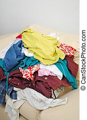 rörig, kläder, soffa