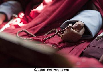 budista, monje, con, oración, Cuentas