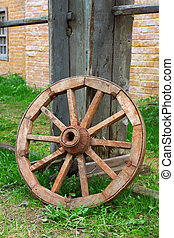 Old wagon wheel - The old wagon wheel in the yard of a...