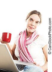Junge Frau mit Notebook und roter Kaffeetasse, freigestellt,...