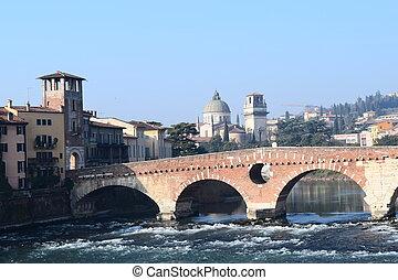 ponte pietra - architettura antica di uno dei ponti della...