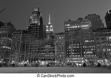 Empire State bulding from Bryant park in black and white -...