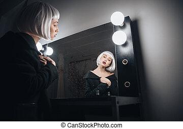 peluca, mujer, habitación, Sentado, espejo, aliño, rubio