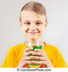 pequeno, sorrindo, Menino, com, vidro, de, fresco, verde,...