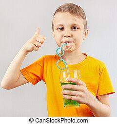 pequeno, ENGRAÇADO, Menino, bebendo, fresco, verde,...