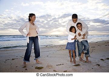 heureux, african-american, famille, quatre, plage