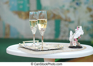 Glasses of champagne - Two glasses gap-filling champagne and...