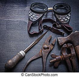 escofina, alicates, abrazadera, martillo, gafas de...