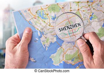 hombre, el consultar, Un, mapa, de, Shenzhen, con, Un,...