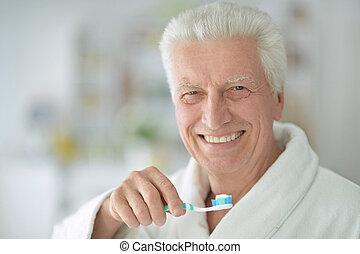 Idoso, homem, Escovar, seu, dentes,