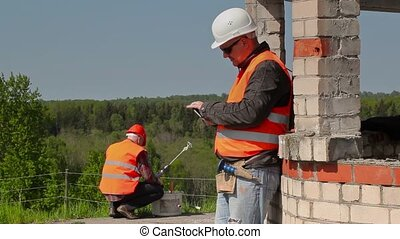 Builder using tablet PC near to the