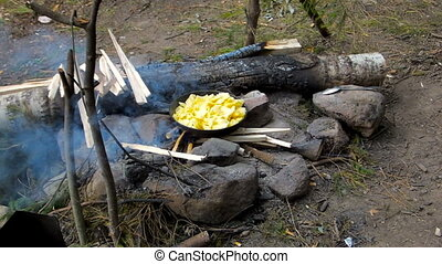 Fry the potatoes over a campfire - Cooking baking potatoes...