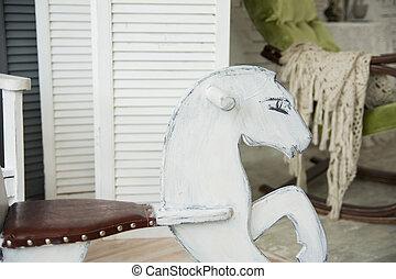 Juguete de montar a caballo desnudo de los adolescentes